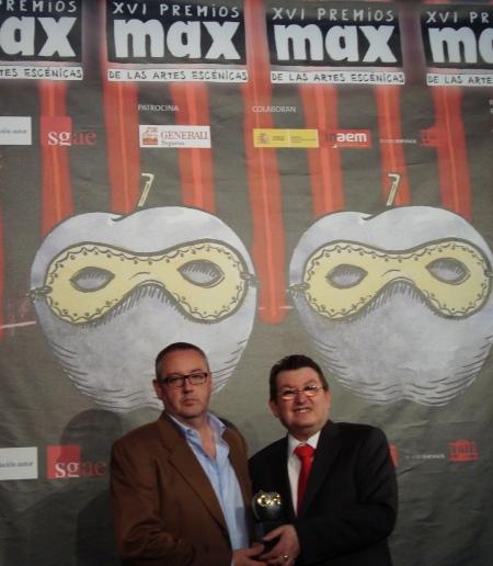 José Ramón López, presidente de Escenamateur (izq.), acompañado por Ángel Sánchez, director general de la ONCE, galardonado en la última edición de los Premios Max/ Foto: Escenamateur