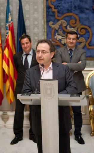 Jesús Cimarro, premio Palma Alicante 2013 recoge el galardón en el consistorio alicantino / Foto: Muestra teatro