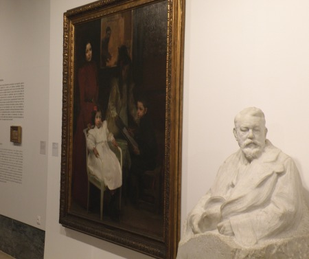 Busto de Joaquín Sorolla realizado por su amigo, Mariano Benlliure y la obra Mi familia, del pintor valenciano / Foto: Homocultum