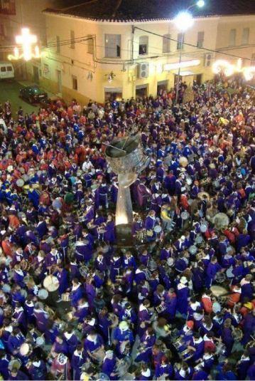 Tamborada frente al monumento al tambor / Foto: Jesús Batanero