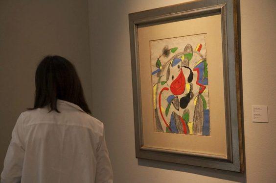Visitante ante un cuadro de Joan Miro, sin título / Foto: Diputació de València