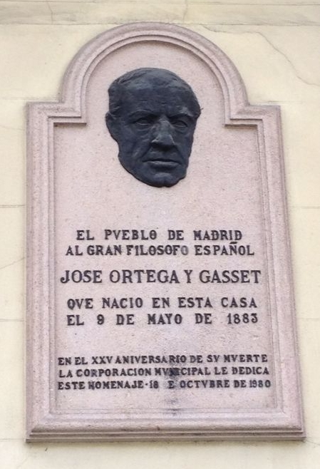 Placa conmemorativa en la fachada de la casa que le vio nacer