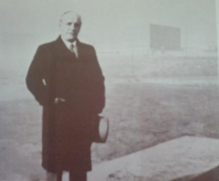 Ortega en la Ciudad Universitaria de Madrid. Al fondo, la nueva Facultad de Filosofía y Letras (1934)