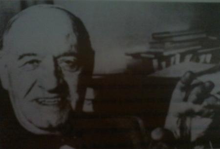 Ortega en su despacho de la calle Monte Esquinza, 28 (Muller, 1954)