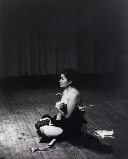 Pieza corte (Cut Piece), 1965 Performance interpretada por Yoko Ono Carnegie Recital Hall, Nueva York, 21 de marzo, 1965 Foto : Minoru Niizuma Cortesía de Yoko Ono